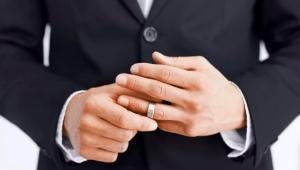Мужские кольца из белого золота: виды, особенности выбора и ношения