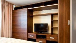 Шкафы с телевизором в интерьере спальни