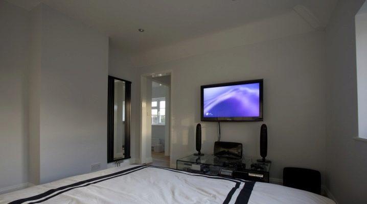 На какую высоту вешать телевизор в спальне?
