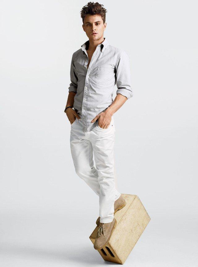 производстве таких фото мужчин моделей в светлых джинсах предполагают