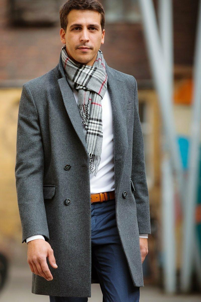 Шарф с классическим мужским пальто фото