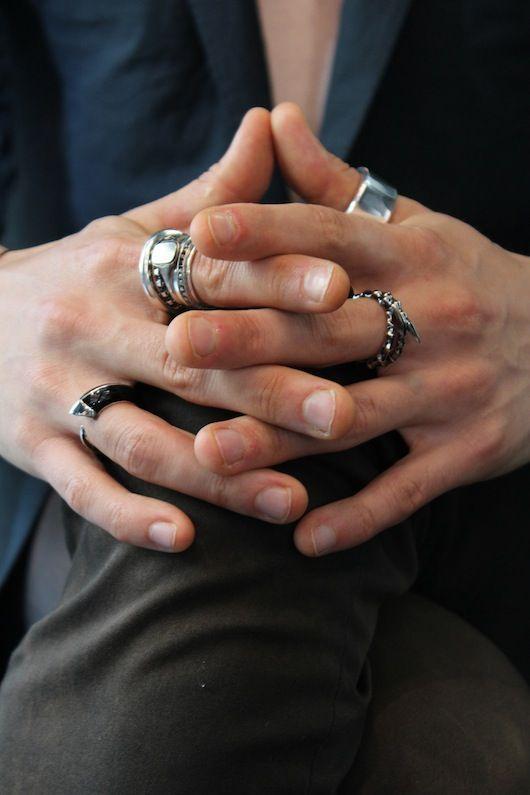 кольца на руках мужчин фото большом