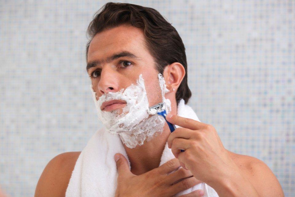 Мужчина бреется картинка